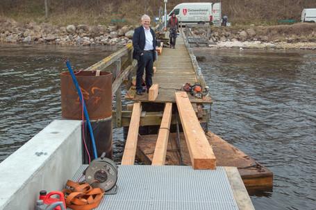 Der 1. Vorsitzende Manfred Baxmann ist sichtlich erfreut über den Baufortschritt